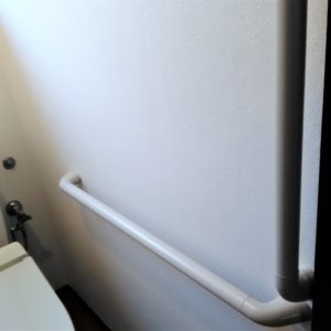 トイレの手すりが取り付けられた画像