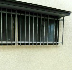 面格子の窓の画像