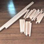 長さをカットした100均の細長い木材の画像