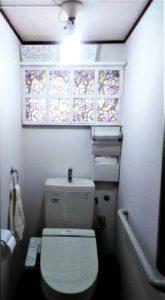 格子窓がついたトイレの窓の画像