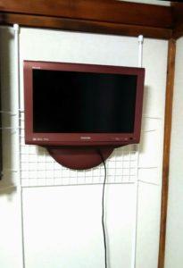 テレビを壁掛けにした画像