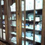 マスキングテープを貼った食器棚の画像