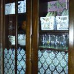 窓ガラスフィルムを貼った食器棚の画像