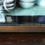 塗料の付いた食器棚の白い