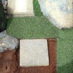人工芝とタイルの庭石の画像