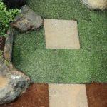 駐車場の敷石と人工芝の画像