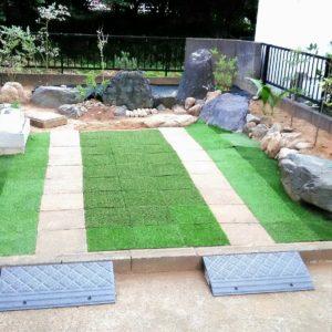 土の庭をDIYで人工芝を敷いて駐車場にした画像