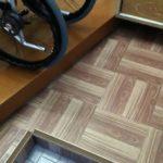 車椅子と玄関の画像
