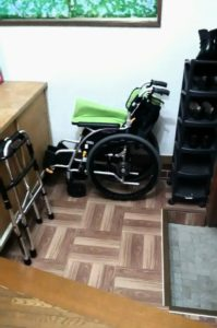 玄関と車椅子の画像